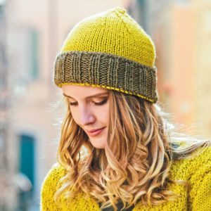 Вязаная шапка с отворотом