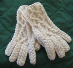 Вязаные перчатки спицами