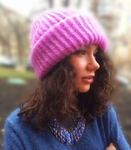 Двойная женская шапка спицами с косами крупной вязки на зиму