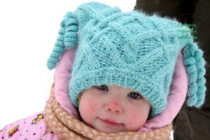 Как связать шапку с ушками спицами для девочки для начинающих?