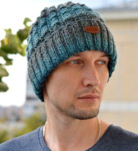 Мужская молодежная шапка с отворотом спицами