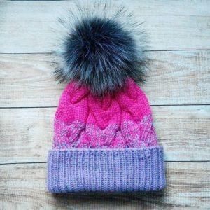 Описание вязания радужной шапки с косами