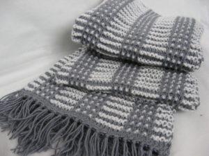 Простой двухцветный мужской шарф спицами