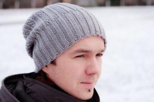 Простые вязаные шапки для мужчин