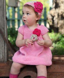 Розовое платье для девочки спицами