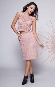 Розовый костюм в филейной технике