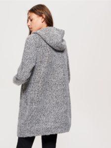 Светло-серое пальто с капюшоном