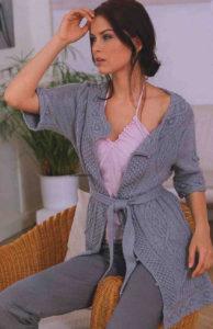 Светло-серый жакет и трехцветная юбка
