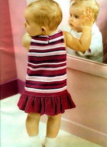Связанное крючком платье в полоску и налобная повязка