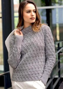 Серый пуловер, связанный ребристым узором