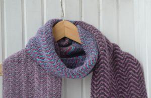 Яркий шарф узором зиг заг отLang Yarns
